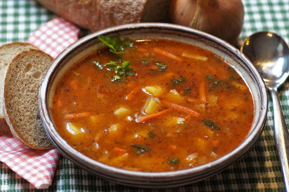 Zupa gulaszowa z marchewka i papryką
