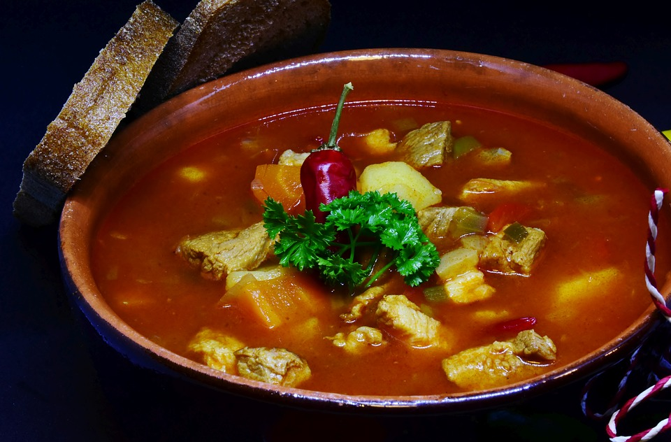 Zupa gulaszowo pomidorowa