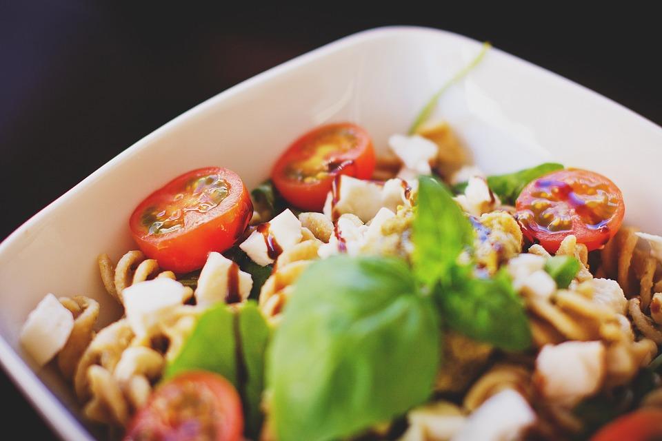 Włoska sałatka makaronowa z mozzarellą