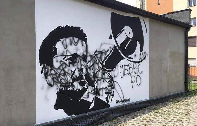 Mural z wizerunkiem Rafała Trzaskowskiego został zdewastowany - galeria
