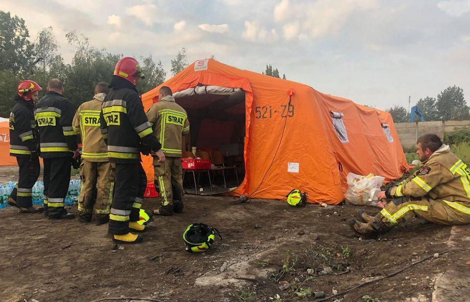 Trwa dogaszanie pożaru składowiska odpadów w Sosnowcu - galeria