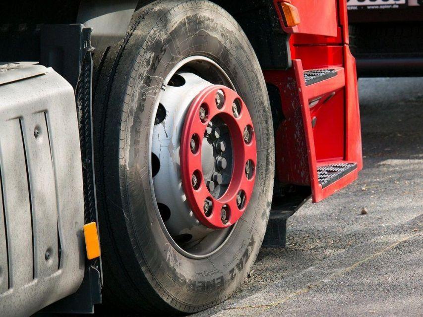 Sosnowiec: Na drodze S1 doszło do kolizji dwóch pojazdów ciężarowych i osobówki - galeria