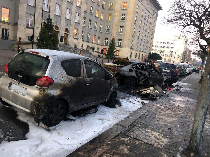 W nocy na wysokości Urzędu Wojewódzkiego w Katowicach doszło do pożaru samochodu marki BMW - galeria