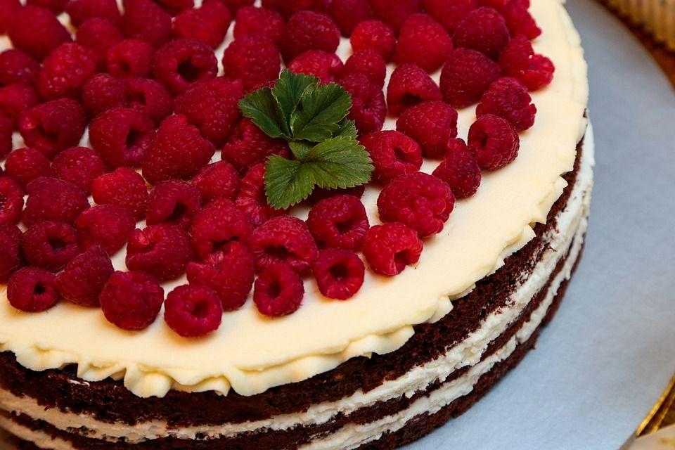 Tort z bitą śmietaną i malinami - galeria