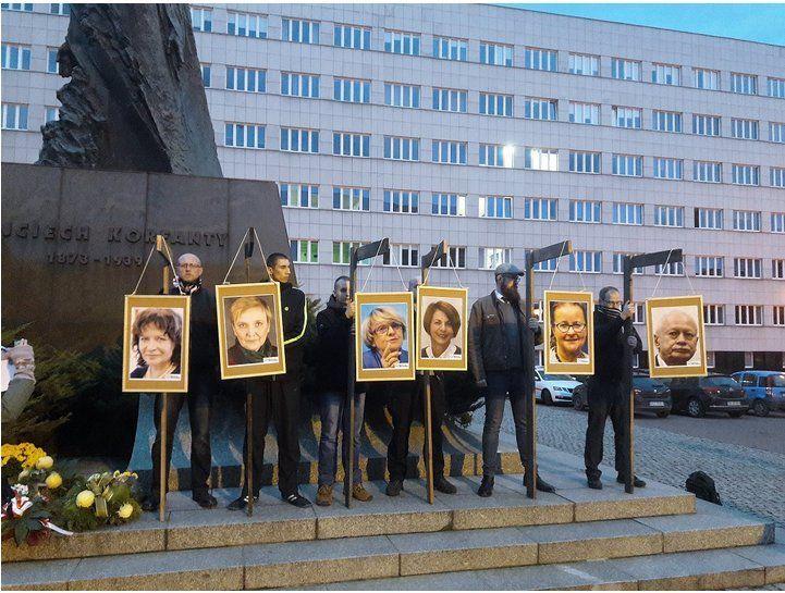 Przedłużono śledztwo w sprawie powieszenia zdjęć europosłów na szubienicach - galeria